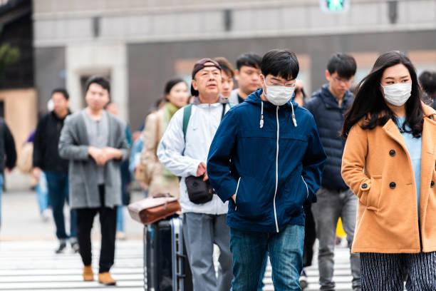 Distrito de Ginza com a rua de passeio japonesa local de muitos povos do cruzamento com mulher - foto de acervo