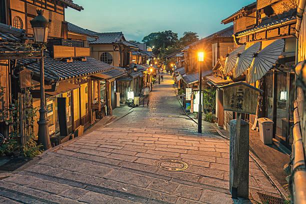 gion district in kyoto at dusk - kyoto fotografías e imágenes de stock
