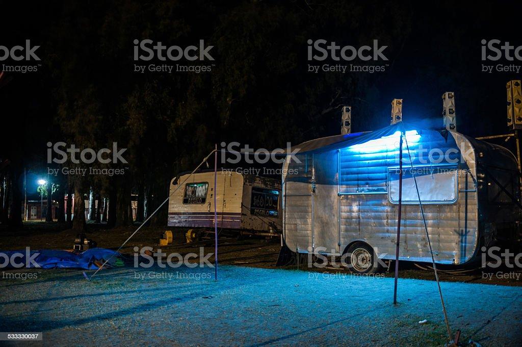gipsy tráiler en un fair por noche - foto de stock