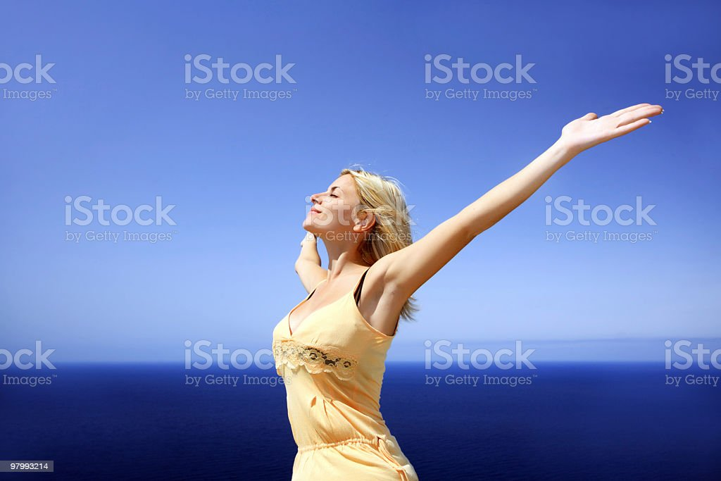 Girl against the sky and sea. royalty free stockfoto