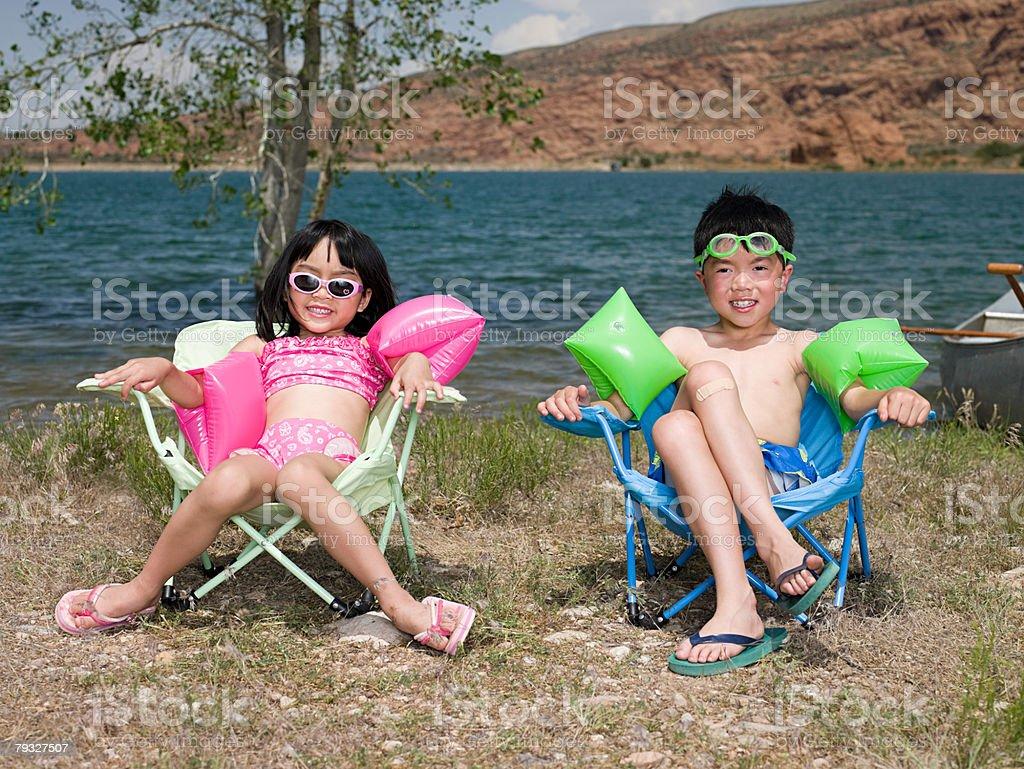 여자아이 및 남자아이 호수 royalty-free 스톡 사진