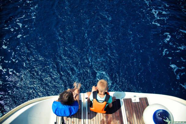 Fille et garçon, profitant de vacances sur voilier - Photo