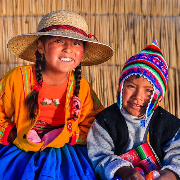 女の子と男の子にウロス島、湖 tititcaca ,ペルー - チチカカ湖 ストックフォトと画像