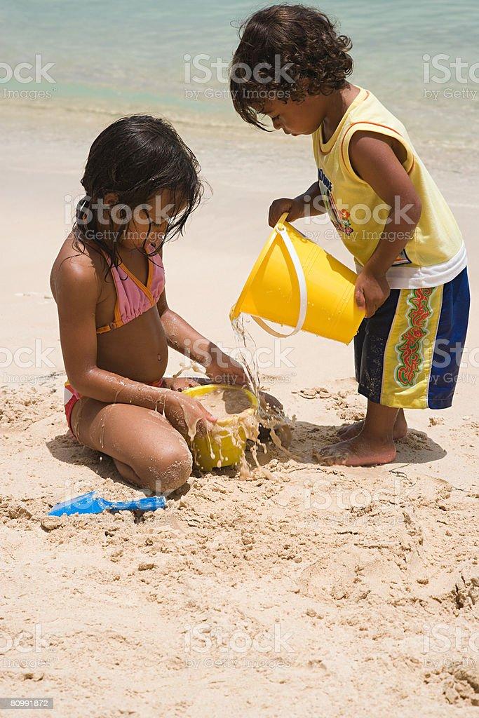少女と海で遊ぶ少年 ロイヤリティフリーストックフォト