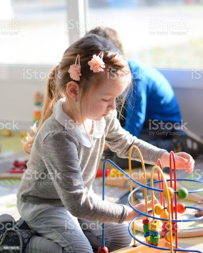 Mädchen und Jungen spielen im Spielzimmer mit Bildung Spielzeug – Foto