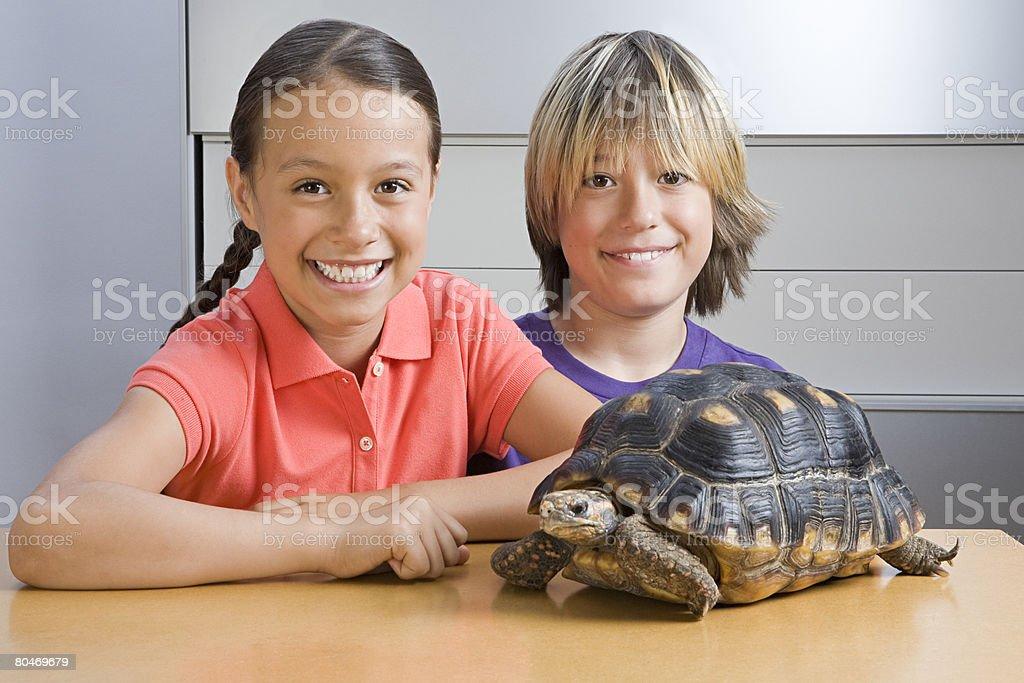 Mädchen und junge mit Schildpatt Lizenzfreies stock-foto