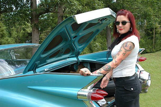 mädchen und classic car - moderne 50er jahre mode stock-fotos und bilder