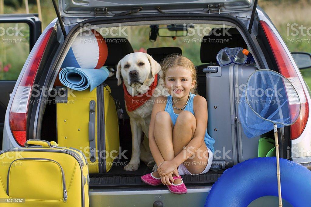 Chica y perro listo para vacaciones de verano - Foto de stock de Actividades recreativas libre de derechos