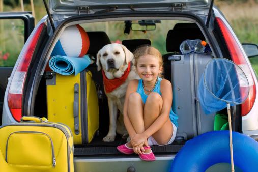 Chica Y Perro Listo Para Vacaciones De Verano Foto de stock y más banco de imágenes de Actividades recreativas