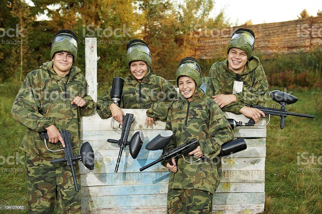 Mädchen und Jungs paintball Spieler team – Foto