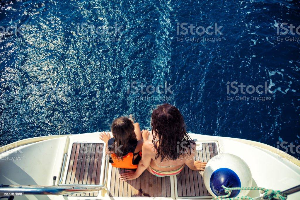 Fille et sa mère, profitant de vacances sur voilier - Photo
