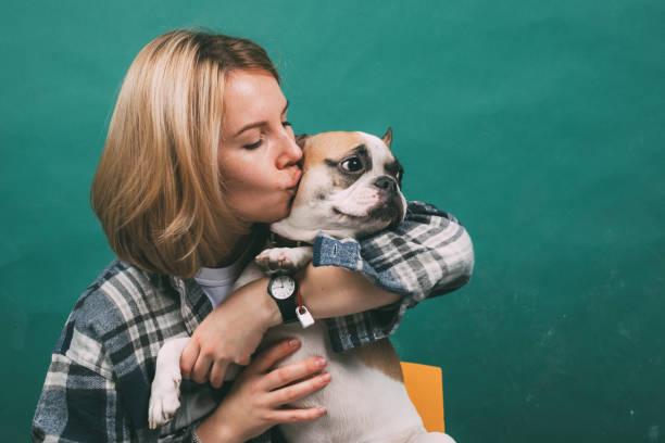 Mädchen und umarmt eine französische Bulldogge – Foto
