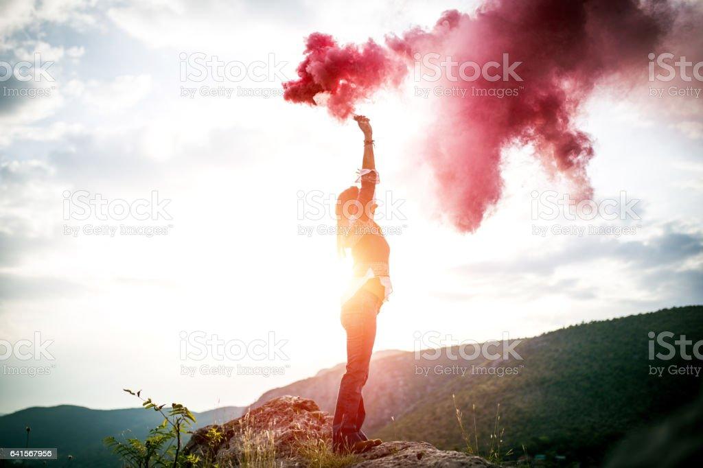 Chica y el humo rojo - foto de stock