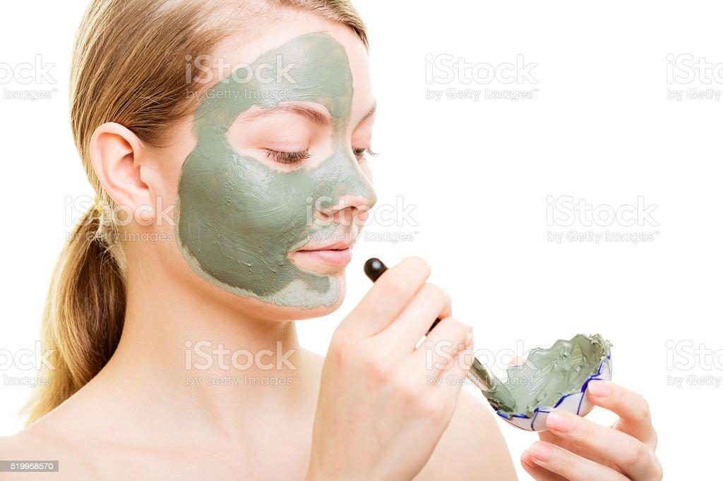 Fille d'appliquer le masque à l'argile du visage pour son visage - Photo