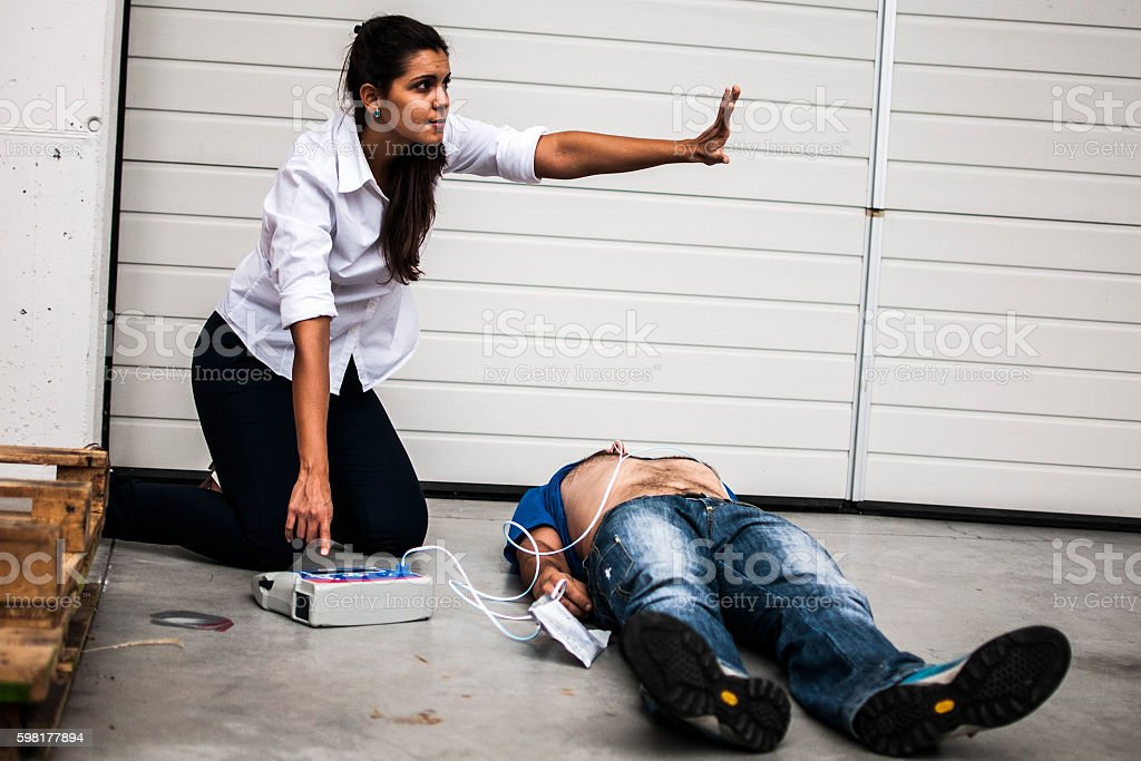 girl assisting an unconscious man after fatal accident​​​ foto
