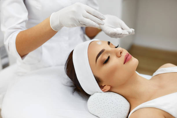 girl at spa salon. beautician applying white cosmetic powder - face mask stock pictures, royalty-free photos & images
