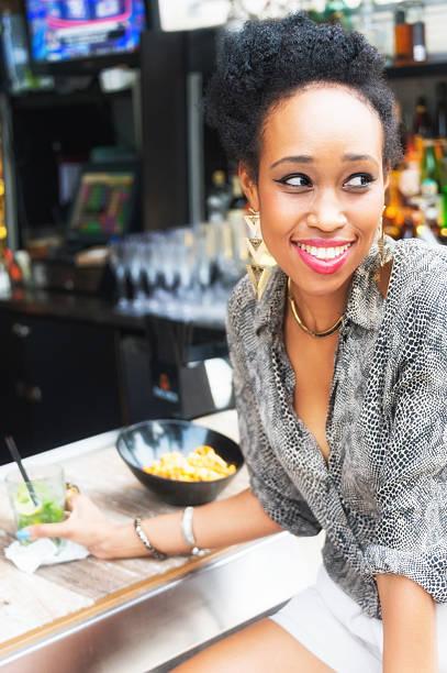 chica en el bar - mujeres dominicanas fotografías e imágenes de stock