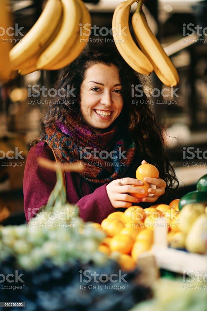 Girl at the market. - Foto stock royalty-free di Abbigliamento casual
