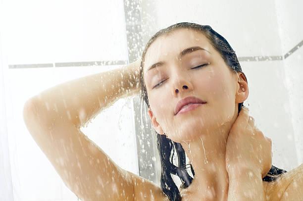 Garota no chuveiro - foto de acervo