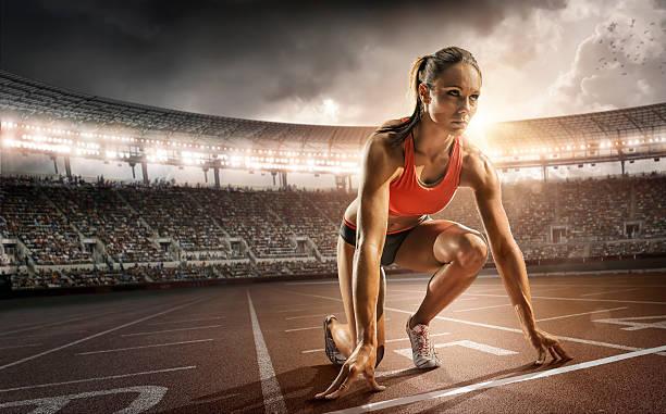 femme athlète vous êtes prêt à courir - starting block photos et images de collection