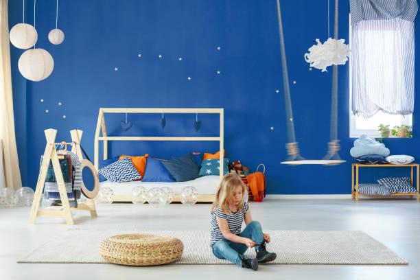 mädchen schlafzimmer mit blauen wand - marineblau schlafzimmer stock-fotos und bilder