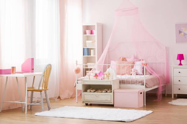 mädchen schlafzimmer mit himmelbett - mädchenraum vorhänge stock-fotos und bilder