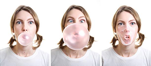 fille souffler bubble-gum et de touches sur son visage - imploser photos et images de collection