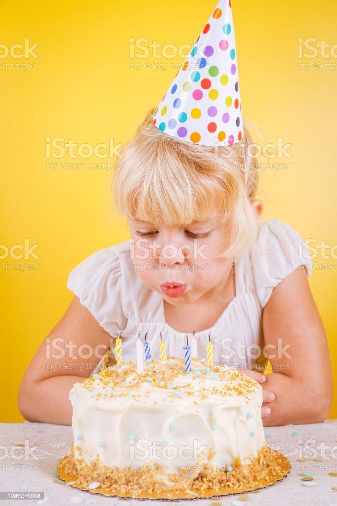 Mädchen Bläst Kerzen Auf Geburtstagskuchen Geburtstag Party Feier