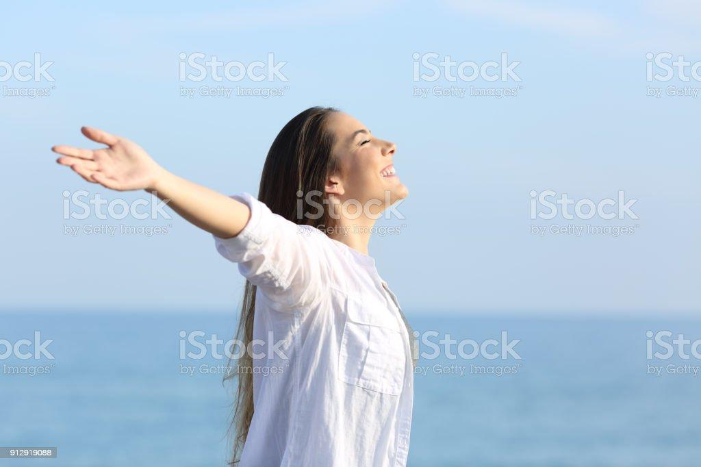 Atmen frischen Luft am Strand Arme ausstreckten Mädchen – Foto
