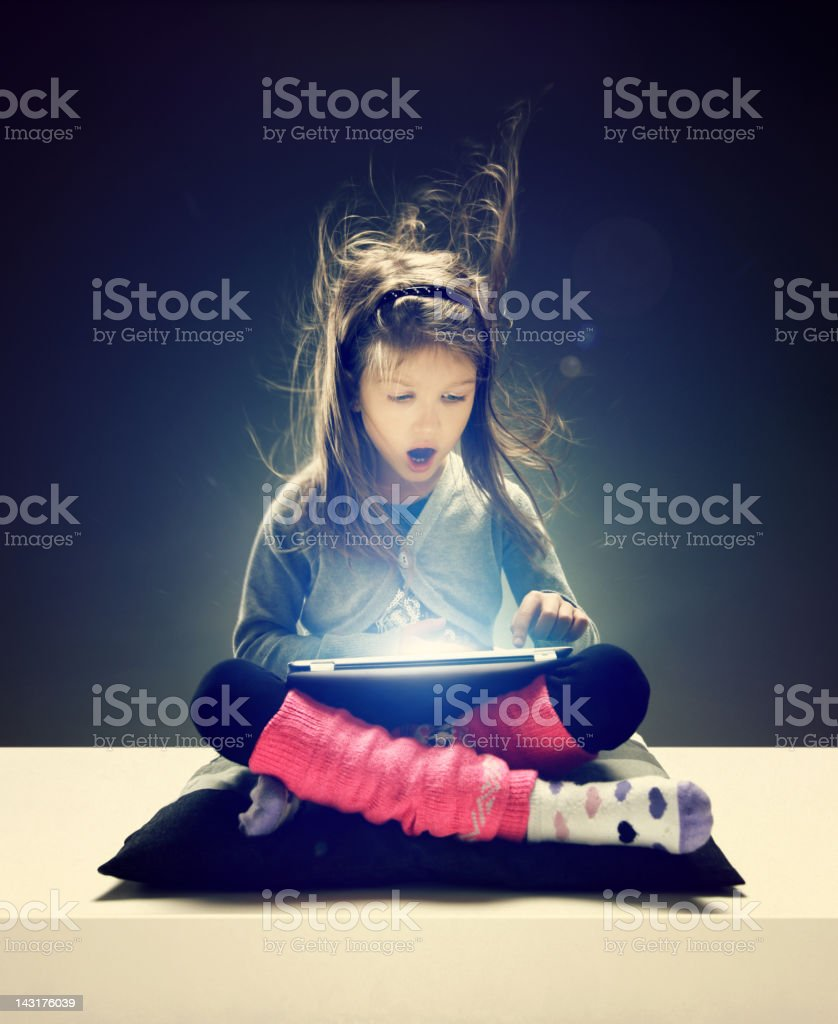 Mädchen Surfen im internet auf elektronischen Gerät – Foto