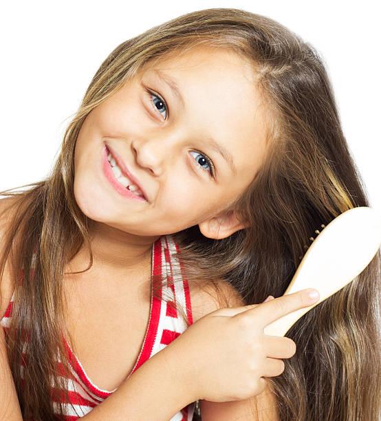Mädchen Bürsten Ihr Haar – Foto