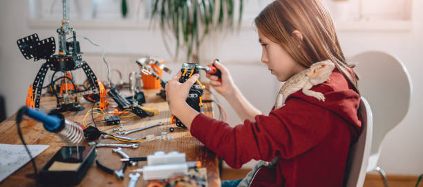 mädchen-gebäude-roboter - interessantes für teenager stock-fotos und bilder