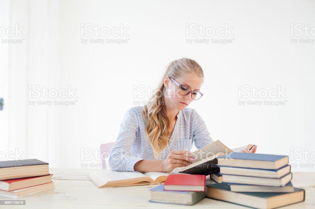 negócio de garota que secretário lê livros está se preparando para o exame - foto de acervo