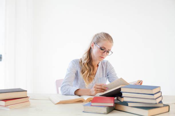 negócio de garota que secretário lê livros está se preparando para o exame - vida de estudante - fotografias e filmes do acervo
