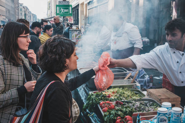 mädchen kauft türkisches streetfood in berlin, kreuzberg am arbeitstag - kreuzberg stock-fotos und bilder