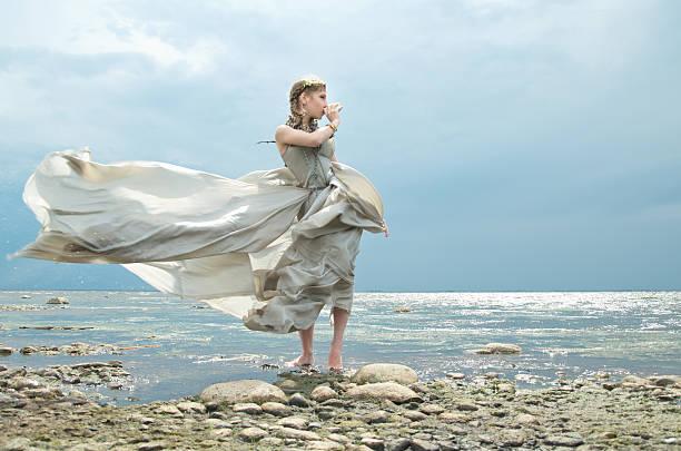 mädchen am meer - meerjungfrau kleid stock-fotos und bilder