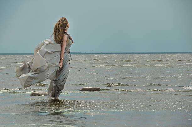 mädchen am meer - meerjungfrau wellen stock-fotos und bilder