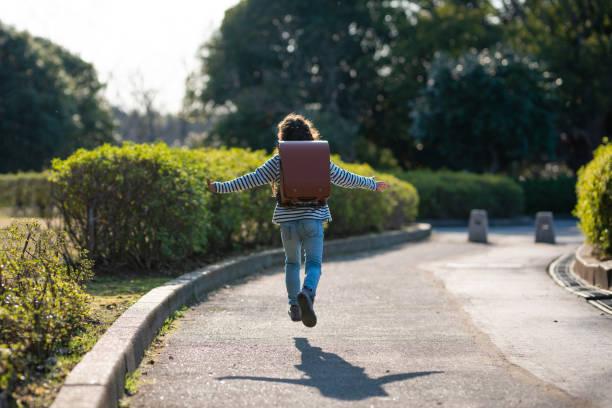 学校のバッグを持っている女の子 - 小学校 ストックフォトと画像
