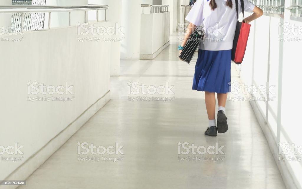 Niña de llevar un bolso de la escuela caminando hasta la sala de clase - foto de stock