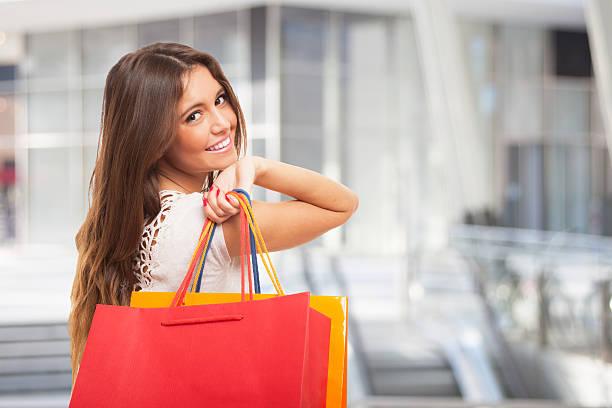 Niña llevando bolsas de la compra - foto de stock