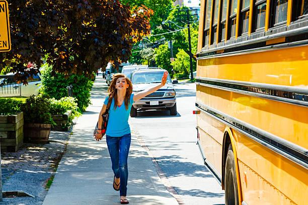chica disfruta de autobús de colegio - autobuses escolares fotografías e imágenes de stock