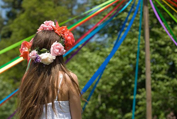 fille fête du jour - 1er mai photos et images de collection
