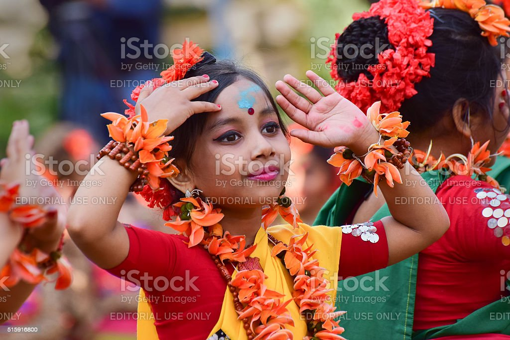 Mädchen Kinder Tänzer perforimg im Holi (Frühling) Festival in Kolkata. – Foto