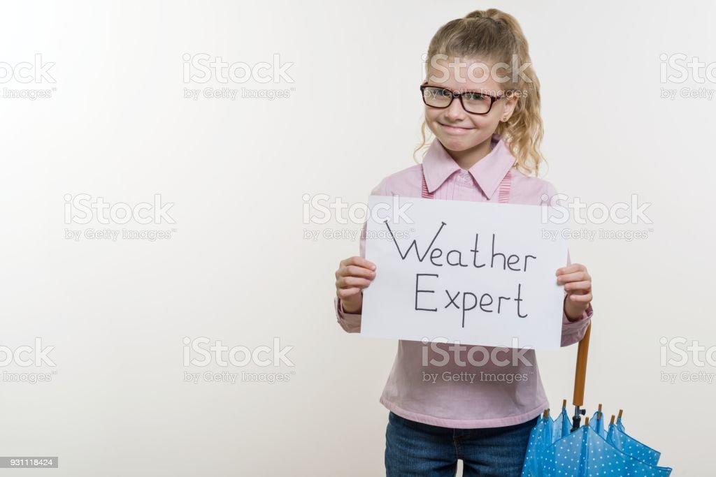 Menina segurando o pedaço de papel com uma palavra perito do tempo. Fundo branco, cópia espaço - foto de acervo