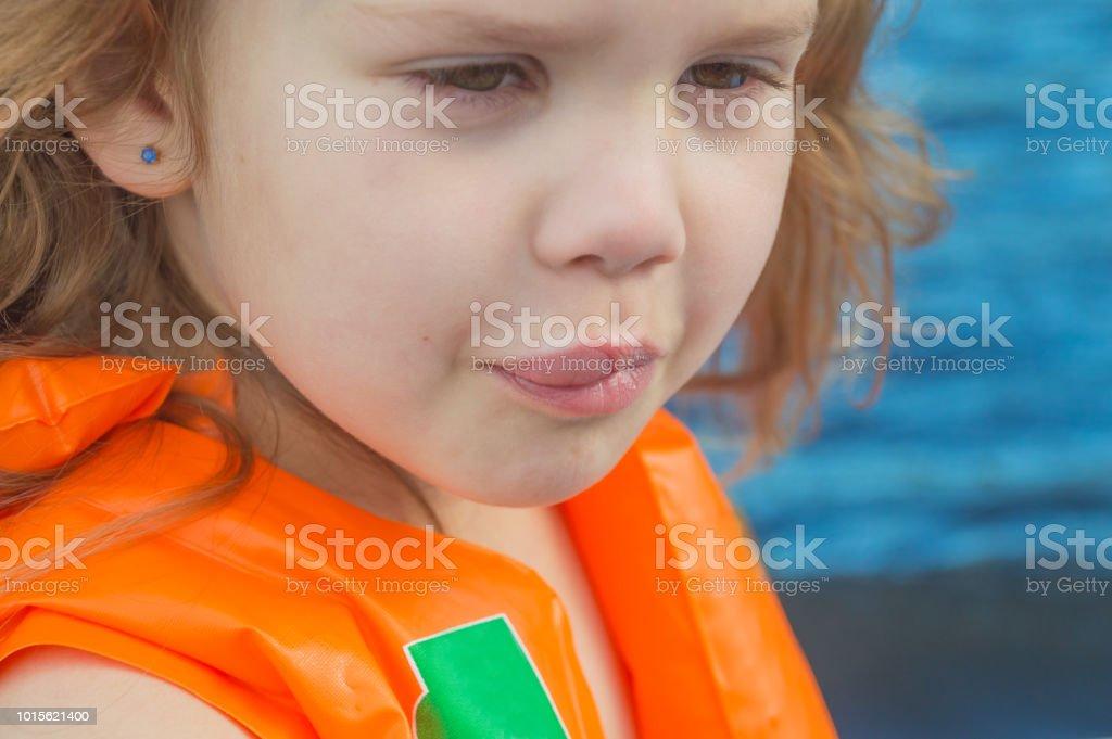 niña, niño en el camino - foto de stock