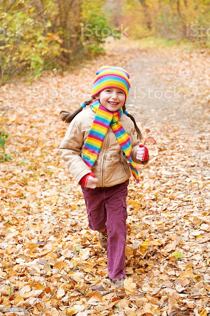 girl child run in autumn forest foto de stock royalty-free