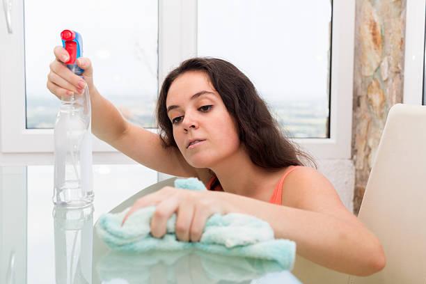 frau reinigung tabelle - glaswaschtisch stock-fotos und bilder
