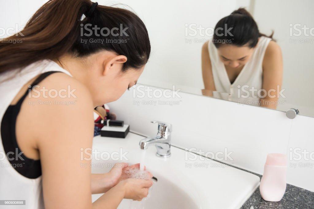 Mädchen Reinigung Gesicht vor - Lizenzfrei Abschminken Stock-Foto