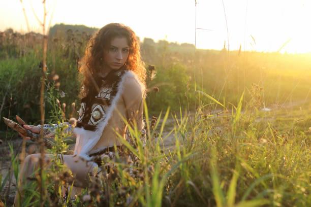 mädchen kleidung amazon natur sonnenuntergang - jagd kranz stock-fotos und bilder