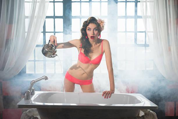 mädchen hält wasser in der badewanne - dampfreiniger fenster stock-fotos und bilder